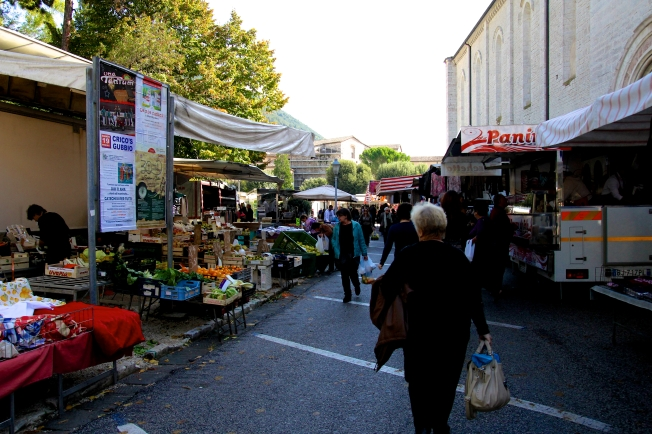 Every Tuesday morning the bottom piazza turns into a huge market! I can buy some flowers for my Aunt!
