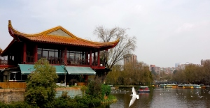 The spicy noodle restaurant we went to sits on Cuihu Lake.