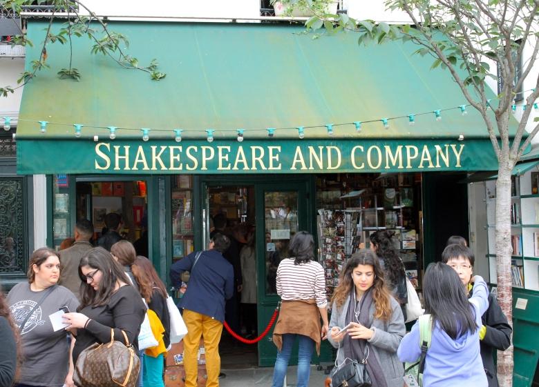 Paris_ShakespeareAndCompany_MadelineClugston_FranceSS16