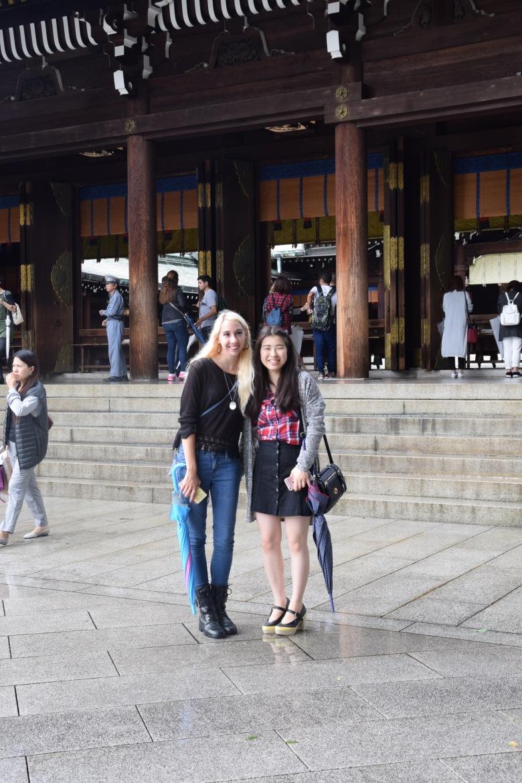 f16705_tokyo_posing-in-front-of-the-shrine_tamlynkurata