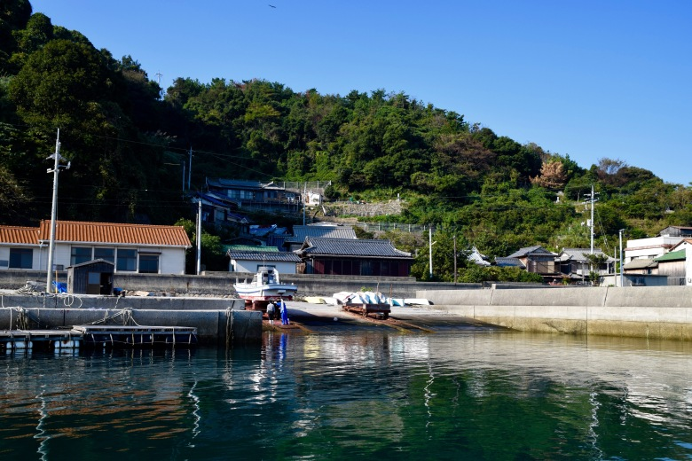 f161302_tokyo_view-of-the-village-from-the-sea_tamlynkurata