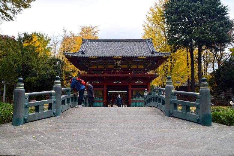 f161402_tokyo_front-of-nezu-jinja_tamlynkurata