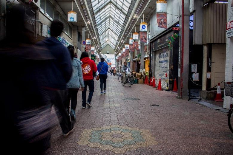 SP18203_Osaka_SA Students exploring the market_KaylaAmador